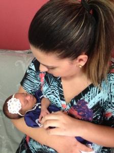 Luisa com onze dias de nascida nos braços de uma das nossas mais dedicadas tecelãs, a sua madrinha Ana Carolina.