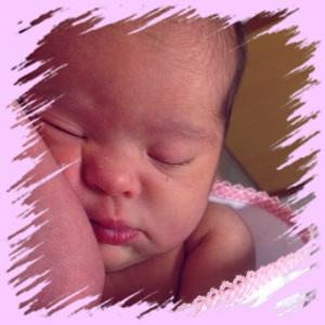 Luisa com quatro dias de nascida, ainda no Hospital, quando ainda não sabíamos que os canais lacrimais de ambos os olhos eram e ainda são) obstruídos